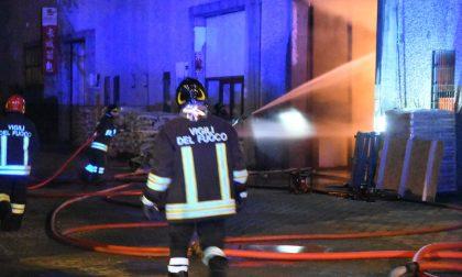 Spaventoso incendio, distrutto un magazzino FOTO E VIDEO