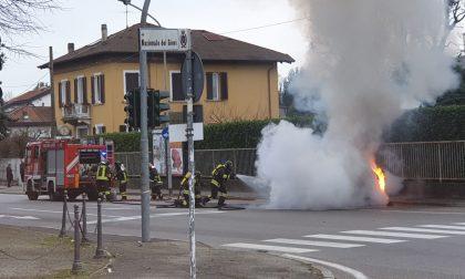 Auto prende fuoco a Barlassina FOTO