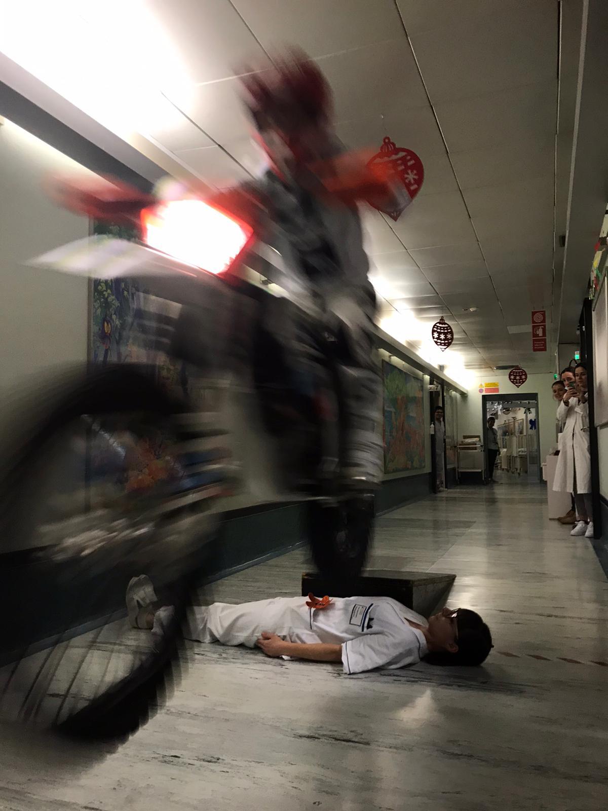 Vanni Oddera e mototerapia, freestyle in Pediatria FOTO E VIDEO