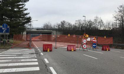 Chiude la strada sotto al ponte danneggiato