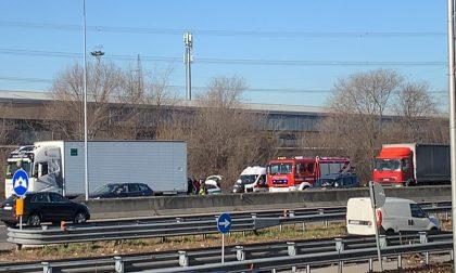 Incidente tra auto e camion sulla Milano-Meda atterra l'elisoccorso