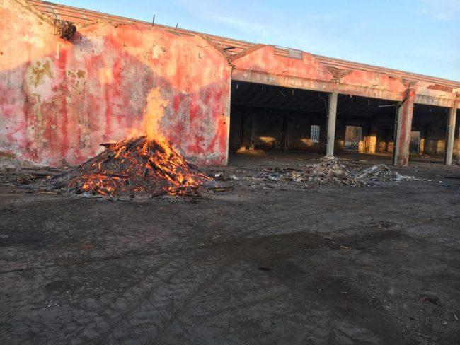 Rogo in un capannone: indagato il dipendente che ha dato fuoco ai rifiuti in legno – FOTO