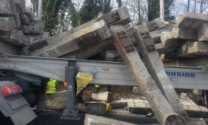 Camion perde il carico e auto si ribalta: lunghe code sulla Valassina FOTO