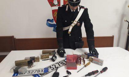 In auto nascondeva refurtiva e pistole, arrestato un ladro