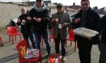 Il sindaco porta il pranzo ai lavoratori davanti alla fabbrica