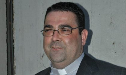 Don Paolo Alberti celebra la messa in diretta su Facebook