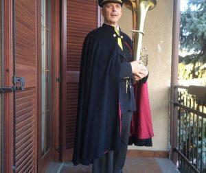 "Coronavirus, il bandista suona ""O mia bela Madunina"" dal balcone: i vicini applaudono VIDEO"