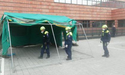 Coronavirus: nuove tende montate all'ospedale di Vimercate