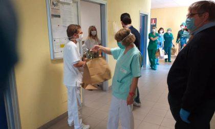 Preparano il pranzo di Pasqua per medici, volontari e Forze dell'Ordine
