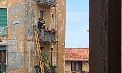 I pompieri irrompono in casa per aprire la porta
