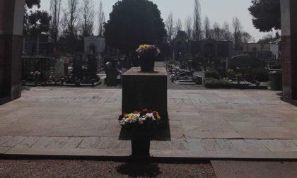 Mazzi di fiori al cimitero: il dono di un fiorista ai tempi del Coronavirus FOTO