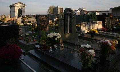 Ladri senza cuore, razzìa di portavasi al cimitero di Cornate