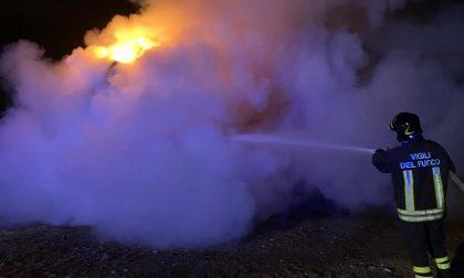 Balle di fieno in fiamme in una azienda agricola a Carate FOTO VIDEO
