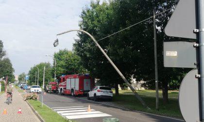 Auto abbatte palo della luce, traffico in tilt a Ornago