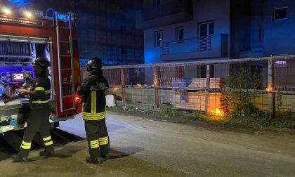 A fuoco la recinzione di un cantiere