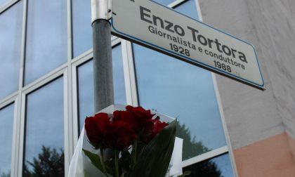 Un mazzo di rose rosse in memoria di Enzo Tortora – FOTO