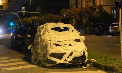 Monza, che ci fa un'auto avvolta dalla carta igienica?