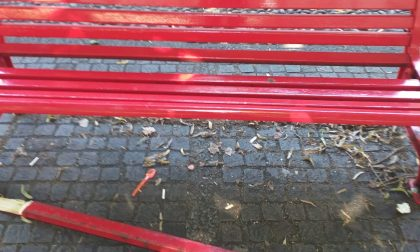 Vandalizzata la panchina rossa in piazza a Cesano Maderno