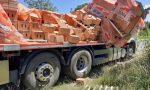 Tir perde il carico di mattoni lungo la Provinciale