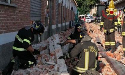Crolla cornicione: muoiono due bambini e una donna
