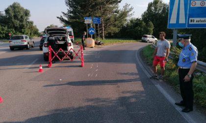 Violento scontro tra auto e moto, paura per un 69enne