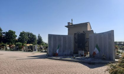 Una messa al cimitero per ricordare i martiri del coronavirus