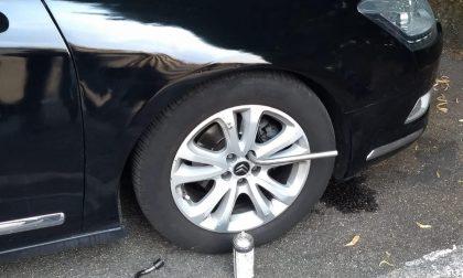 Riparava auto in strada, multato meccanico abusivo