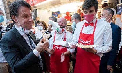 Il presidente Conte in piazza assieme ai ragazzi di PizzAut che per lui preparano una pizza speciale VIDEO