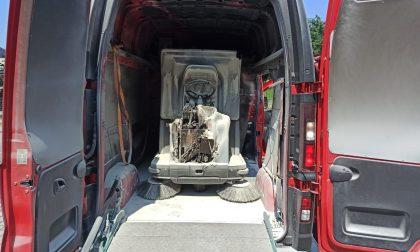 Caricato su un furgone, macchinario prende fuoco FOTO