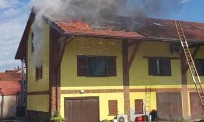 Paura a Sulbiate, fiamme dal tetto di una cascina
