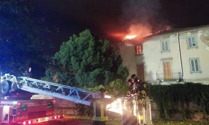 Incendio nella notte all'ex casa delle aste a Monza FOTO