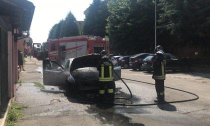Dà fuoco all'auto e poi scappa: paura nel quartiere Cederna