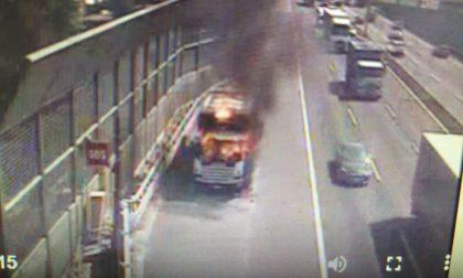 Mezzo pesante in fiamme sulla A4: autostrada chiusa per due ore FOTO