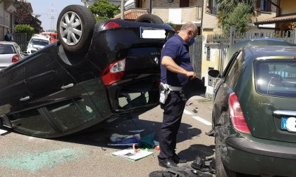 Cesano: sbatte contro una vettura parcheggiata e si ribalta con l'auto FOTO