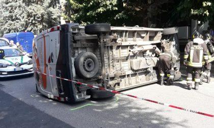 Esce dallo stop, colpisce un furgone e lo fa ribaltare: 92enne in ospedale
