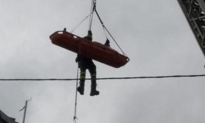 Infortunio in un cantiere: uomo precipita mentre lavora alla ristrutturazione di un tetto
