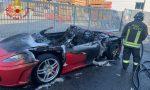 La Ferrari appena comprata va a fuoco fuori dal concessionario FOTO