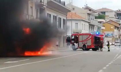 Auto in fiamme: arrivano i Vigili del fuoco