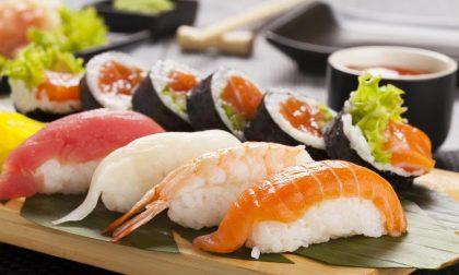 Si abbuffa di sushi, ma esce dal ristorante senza pagare: denunciato