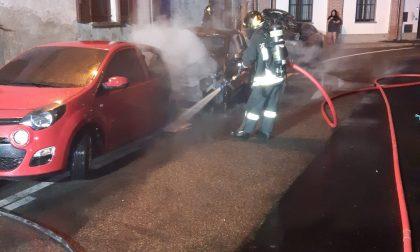 Notte di fuoco a Desio, in fiamme tre vetture in via Cascina Bolagnos