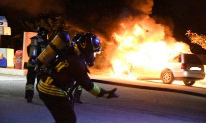 L'auto va a fuoco all'improvviso, l'automobilista parcheggia al distributore di benzina FOTO