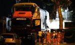 Notte di lavori alla stazione per recuperare le carrozze del treno deragliato FOTO VIDEO