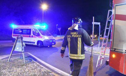 Paura a Burago: 22enne esce di strada e si schianta con l'auto