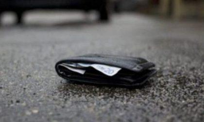Consigliere comunale trova un portafoglio per strada e lo restituisce