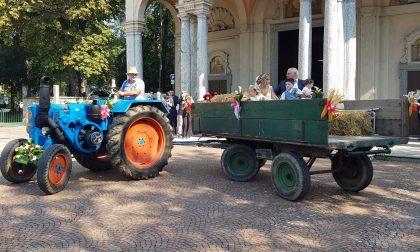Arcore: la sposa arriva in chiesa sul trattore FOTO e VIDEO