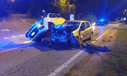 Incidente a Lentate, auto resta in bilico sulla fiancata dell'altra FOTO