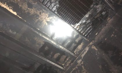 Incendio nel capannone dell'Ocv Italia, pompieri al lavoro