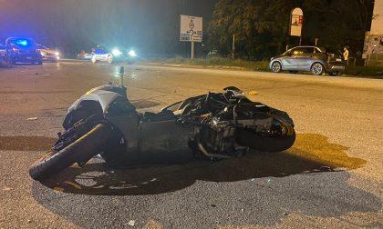 In contromano su viale Sicilia travolge un 18enne in moto