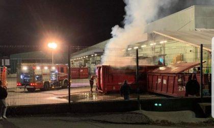 """Villasanta, a fuoco un container al """"Gigante"""" FOTO e VIDEO"""