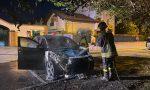 La Jaguar prende fuoco davanti a casa: intervento dei pompieri a Ornago FOTO